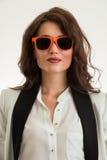 美丽的女商人佩带的太阳镜 免版税库存照片
