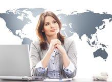 美丽的女商人在世界地图backgroun的办公室 免版税库存图片
