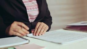 美丽的女商人在办公室写,检查和签署文件在工作场所 股票录像
