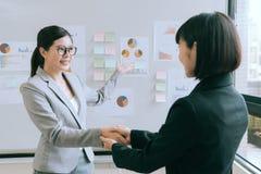美丽的女商人开会议在公司中 免版税库存照片