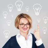 美丽的女商人有一个想法 装箱的 电灯泡查出的轻的白色 免版税库存图片