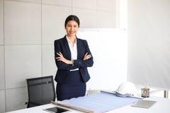 美丽的女商人秘书在工作场所的,工作的亚洲妇女成功办公室确信为与成功概念一起使用 免版税库存图片