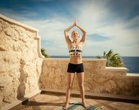美丽的女子实践的瑜伽 库存照片