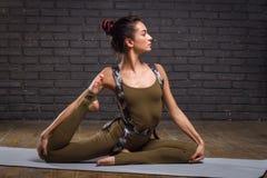年轻美丽的女子实践的瑜伽 图库摄影