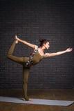 年轻美丽的女子实践的瑜伽 库存照片