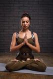 年轻美丽的女子实践的瑜伽 免版税库存照片
