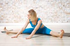 年轻美丽的女子实践的瑜伽 免版税图库摄影
