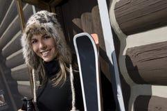 美丽的女子滑雪者佩带的毛皮滑雪帽子 图库摄影