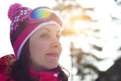 美丽的女子滑雪者 库存照片