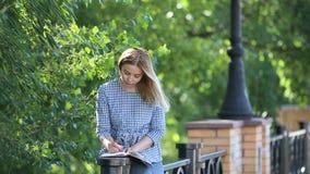 美丽的女学生参与庭院在暑假时 影视素材