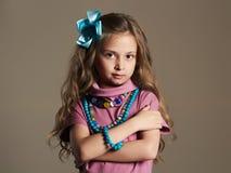 美丽的女孩一点 相当礼服和花的小夫人在健康头发 库存照片