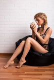 美丽的女孩与一杯咖啡的早晨 免版税图库摄影