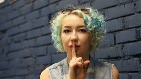美丽的女孩与在中立背景的卷曲蓝色头发 情感 股票录像
