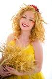 美丽的女孩与小麦耳朵的穿戴的黄色 库存图片
