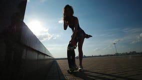 美丽的女孩举与腿的冰鞋 股票录像