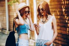 美丽的女孩二个年轻人 免版税图库摄影