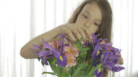 美丽的女孩享用花被赠送的花束  股票录像