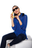美丽的女孩佩带的玻璃用香蕉在一只手上在白色背景 库存照片