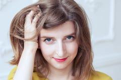 美丽的女孩保留她的头发 免版税图库摄影