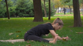 美丽的女孩做在瑜伽的锻炼 股票录像