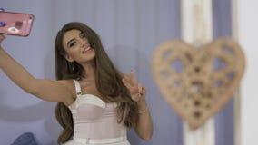美丽的女孩做selfie 股票视频