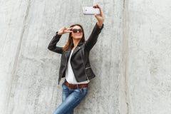 美丽的女孩做selfie 免版税库存图片