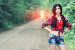 美丽的女孩停止汽车 库存照片