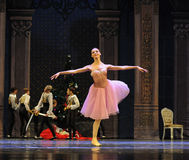 美丽的女孩克拉拉这芭蕾胡桃钳 免版税图库摄影