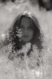 美丽的女孩公园年轻人 免版税库存照片