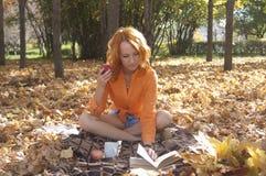 美丽的女孩公园 库存照片