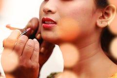 美丽的女孩化妆师绘嘴唇 库存图片