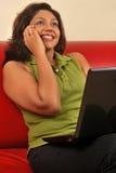 美丽的女孩印第安移动电话联系 库存图片
