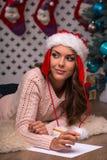 美丽的女孩即将发生的圣诞节 图库摄影