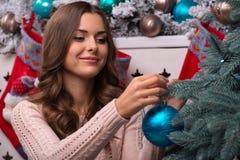 美丽的女孩即将发生的圣诞节 库存图片