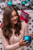 美丽的女孩即将发生的圣诞节 免版税库存图片
