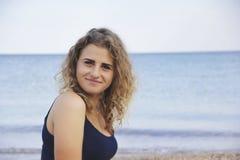 美丽的女孩卷发画象幸福海海滩 免版税图库摄影