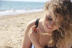 美丽的女孩卷发画象海海滩 库存照片
