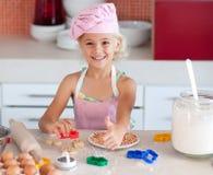 美丽的女孩厨房运作的年轻人 免版税库存图片