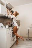 美丽的女孩厨房 免版税图库摄影