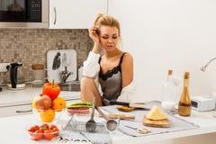 美丽的女孩厨房 免版税库存照片