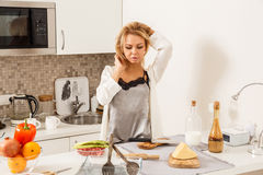 美丽的女孩厨房 图库摄影