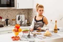 美丽的女孩厨房 免版税库存图片