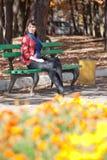 美丽的女孩去公园年轻人 库存照片
