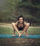 美丽的女孩参与瑜伽在森林里 库存图片
