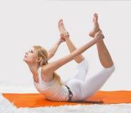 年轻美丽的女孩参与瑜伽 免版税库存照片