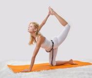 年轻美丽的女孩参与瑜伽 免版税库存图片