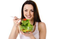 美丽的女孩吃沙拉 免版税图库摄影