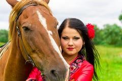 美丽的女孩吉普赛人马 免版税库存照片