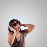 美丽的女孩听到音乐 免版税库存图片