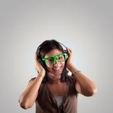 美丽的女孩听到音乐 免版税库存照片